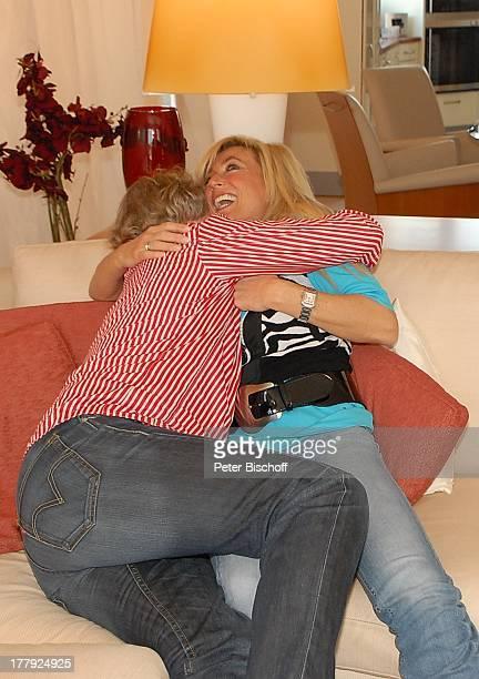 Bernhard Brink, Ehefrau Ute, Homestory, Berlin, Grünewald, Deutschland, Europa, zu Hause, Wohnraum, Sofa, lachen, umarmen, verliebt, Schlager-Star,...