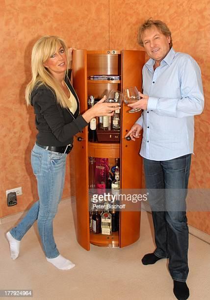 Bernhard Brink Ehefrau Ute Homestory Berlin Grünewald Deutschland Europa zu Hause Wohnraum Bar Getränk Glas Alkohol anstossen SchlagerStar Sänger