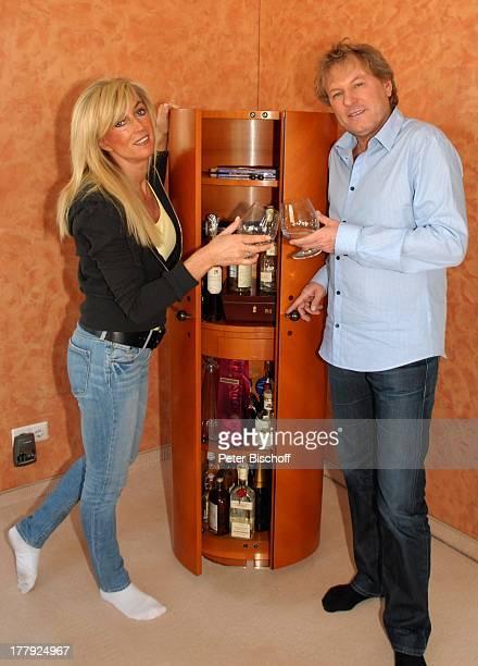 Bernhard Brink, Ehefrau Ute, Homestory, Berlin, Grünewald, Deutschland, Europa, zu Hause, Wohnraum, Bar, Getränk, Glas, Alkohol, anstossen,...