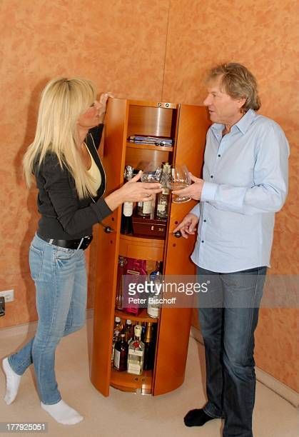 Bernhard Brink Ehefrau Ute Homestory Berlin Grünewald Deutschland Europa zu Hause Wohnraum Bar Getränk Glas Alkohol SchlagerStar Sänger
