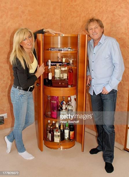 Bernhard Brink, Ehefrau Ute, Homestory, Berlin, Grünewald, Deutschland, Europa, zu Hause, Wohnraum, Bar, Getränk, Glas, Alkohol, Schlager-Star,...