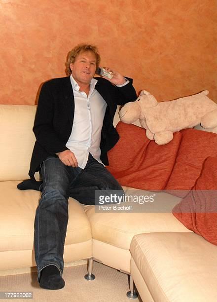 Bernhard Brink Homestory Berlin Grünewald Deutschland Europa zu Hause Wohnraum Sofa mit Handy telefonieren SchlagerStar Sänger