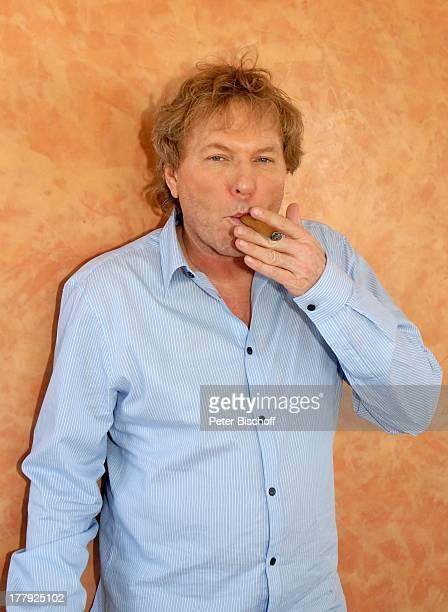 Bernhard Brink Homestory Berlin Grünewald Deutschland Europa zu Hause Wohnraum Zigarre Raucher rauchen SchlagerStar Sänger