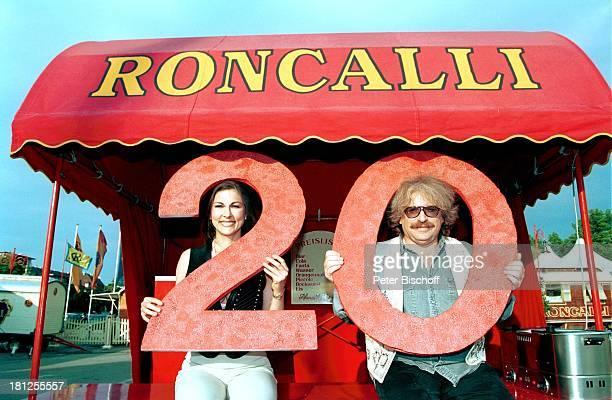 Bernhard Paul mit Ehefrau Eliana Paul 20jähriges Bestehen des Circus Roncalli Wohnwagen Brille Jubiläum