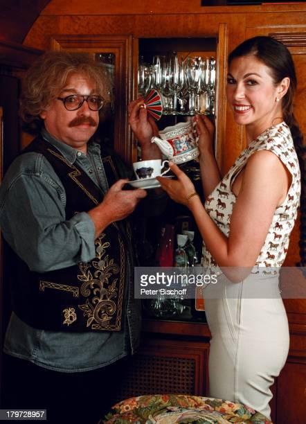 Bernhard Paul mit Ehefrau Eliana Paul beim Tee in den Vitrinen sammeln sie antikes GeschirrHobby 20jähriges Bestehen des Circus Roncalli Jubiläum