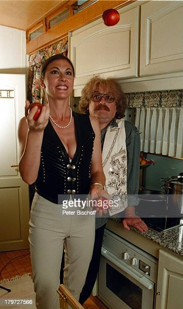 Bernhard Paul mit Ehefrau Eliana Paul Eliana Paul beim Jonglieren in der Küche des30000000 DM teuren Wohnwagen 20jähriges Bestehen des Circus...