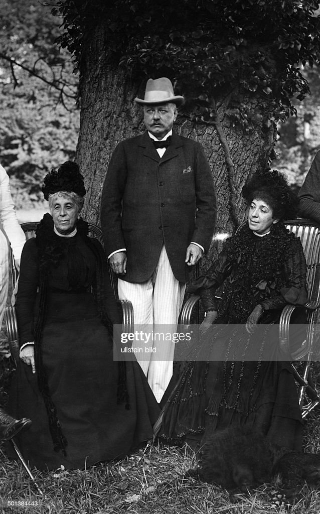 Bernhard von Bülow *03.05.1849-28.10.1929+ German statesman Chancellor of the German Empire 1900-1909 Bülow with his wife Anna Zoe Rosalie (r) and his mother-in-law Donna Laura Minghetti (left) - undated  : News Photo