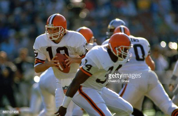 Bernie Kosar of the Cleveland Browns takes the snap against the Los Angeles Raiders at the Coliseum circa 1987 in Los AngelesCalifornia on December...