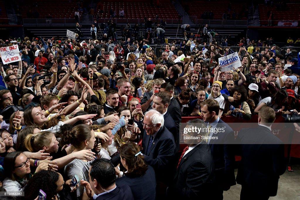 Bernie Sanders meets voters after Philadelphia, PA Rally : Stock Photo