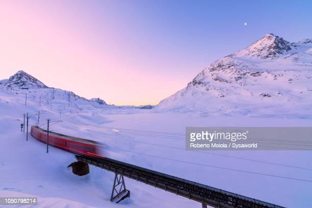 bernina express train, lago bianco, switzerland - kanton graubünden stock-fotos und bilder