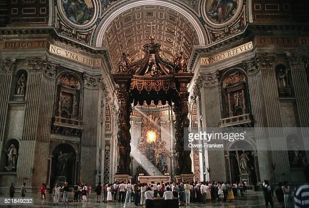 bernini's baldachin in saint peter's basilica - basilica di san pietro foto e immagini stock