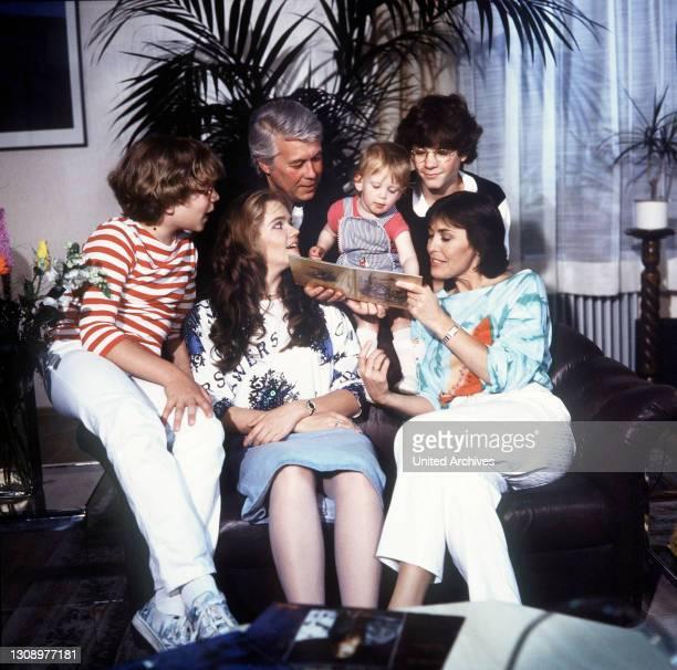 Überraschungen / D 1986 / Szene mit TAREK HELMY, JULIA BIEDERMANN, PETER WECK, TIMMO NIESNER und THEKLA CAROLA WIED und die kleine Franziska. /...