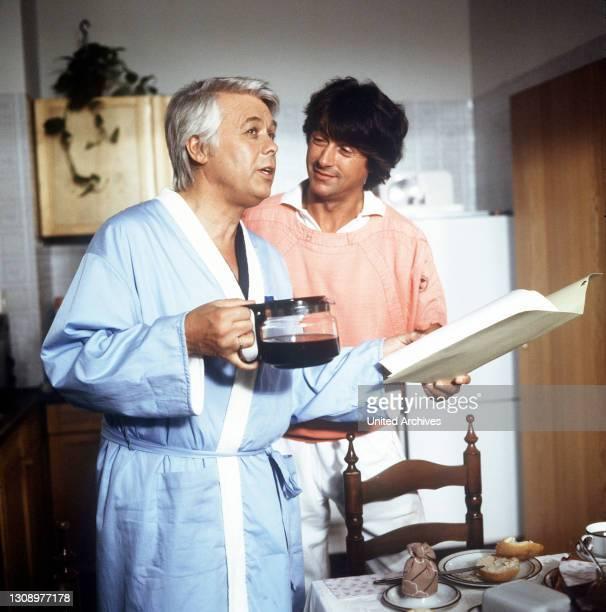 Überraschungen / D 1986 / Szene: Werner lädt Wolfgang zum Frühstück ein. Dabei gibt er ihm den guten Rat, sich endlich eine Frau zu suchen. /...