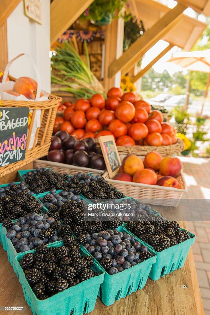 Berries at farmers market : Foto stock
