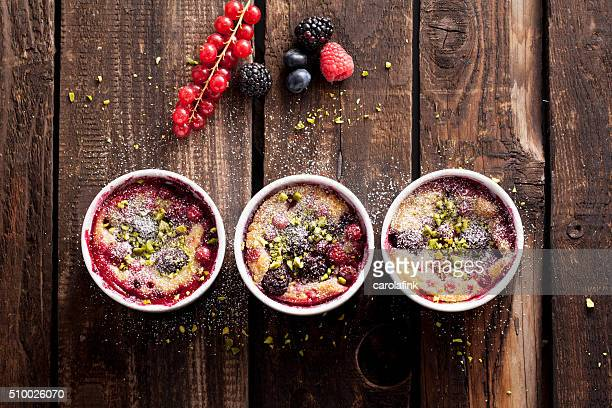 berries soufflé on wooden board served as dessert - carolafink imagens e fotografias de stock