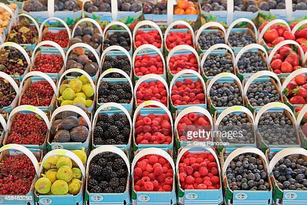 frutti di bosco-mercato jean-talon - bancarella di verdura foto e immagini stock