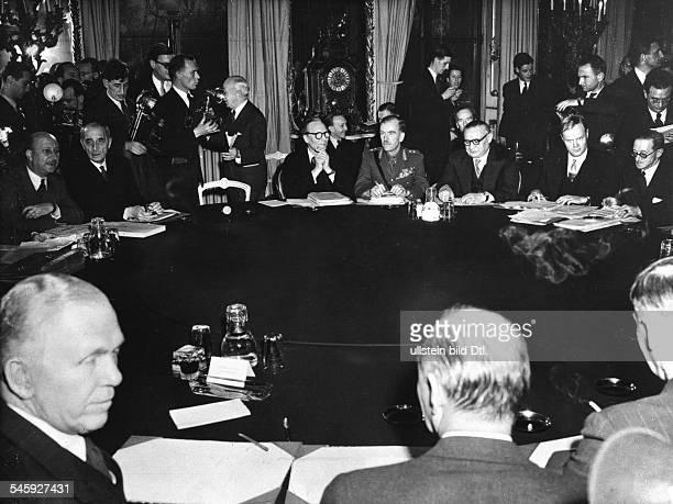 Übersicht am Konferenztisch imLancaster House mit den DelegationenFrankreichs der USA und Grossbritanniensvl M de St Hardouin General GeorgesCatroux...