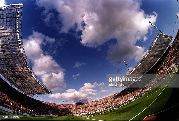 Übersichtsaufnahme mit Fischauge vom vollbesetzten Olympiastadion vor dem Endspiel um den DFBPokal 1997