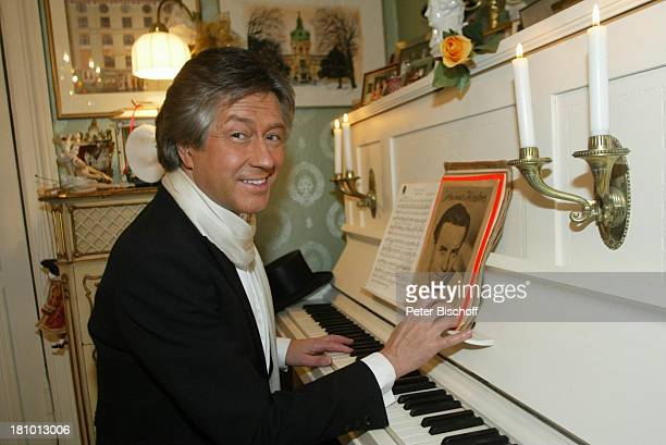 Bert Beel Homestory Berlin Deutschland Europa verkleidet als J o h a n n e s H e e s t e r s Klavier Piano musizieren Verkleidung Maskerade Sänger...