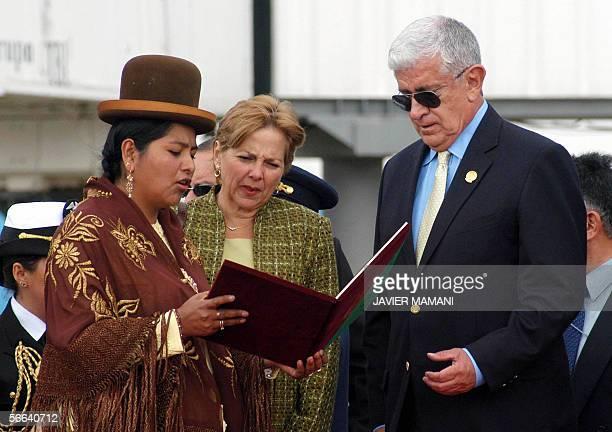 Berta Acarapi presidenta del consejo municipal del El Alto entrega la medalla de honor al presidente de Ecuador Alfredo Palacio Gonzales en presencia...