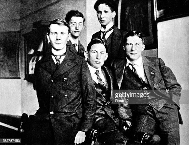 Bertold Brecht among his classmates Germany Paris Bibliothèque nationale