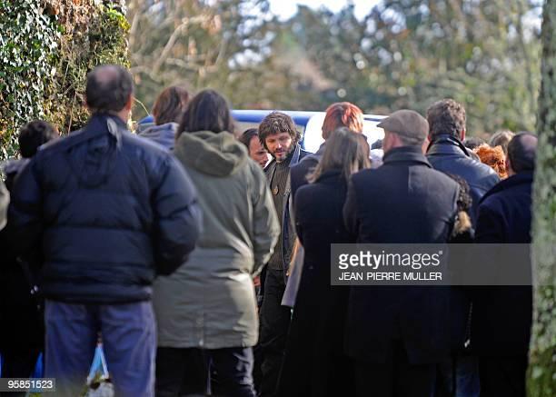 Bertrand Cantat chanteur du groupe Noir Désir arrive à l'église de Moustey le 18 janvier 2010 avant d'assister aux obsèques de sa première épouse...