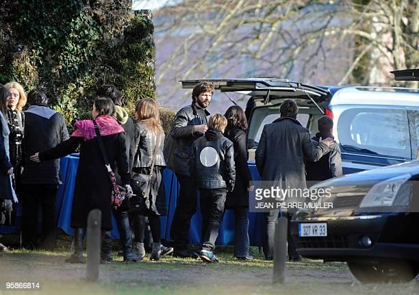 Bertrand Cantat chanteur du groupe Noir Désir discute avec des proches à son arrivée à l'église de Moustey le 18 janvier 2010 avant d'assister aux...