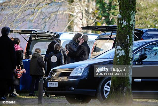 Bertrand Cantat chanteur du groupe Noir Désir réconforte un proche à son arrivée à l'église de Moustey le 18 janvier 2010 avant d'assister aux...
