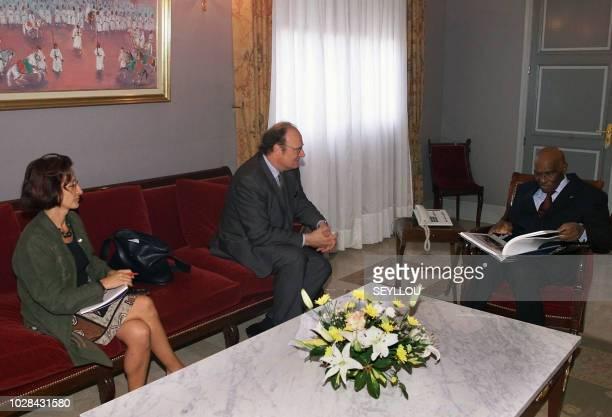 Bertrand Eveno président directeur général de l'Agence FrancePresse avec Annie Thomas chef du bureau AFP à Dakar regardent le 08 mars 2002 Abdoulaye...