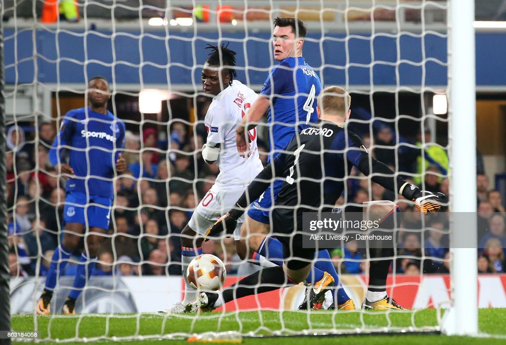 Bertrand Traore of Olympique Lyon scores their second goal past Jordan Pickford of Everton FC during the UEFA Europa League group E match between Everton FC and Olympique Lyon at Goodison Park on October 19, 2017 in Liverpool, United Kingdom.