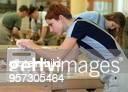 Berufsvorbereitende Ausbildung zum Tischler bei der Berufsvorbereitungs und Ausbildungsgesellschaft im Berufsbildungswerk der Berliner Junges Mädchen...