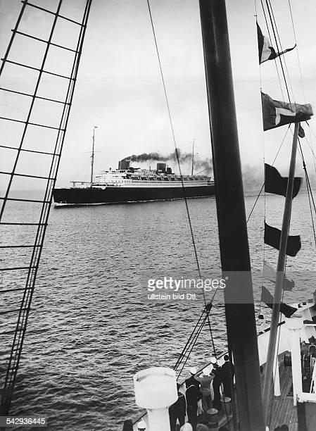 Besatzung eines anderen Schiffs beobachtet das Passagierschiff Bremen auf hoher See1929veröffentlicht in Montagspost