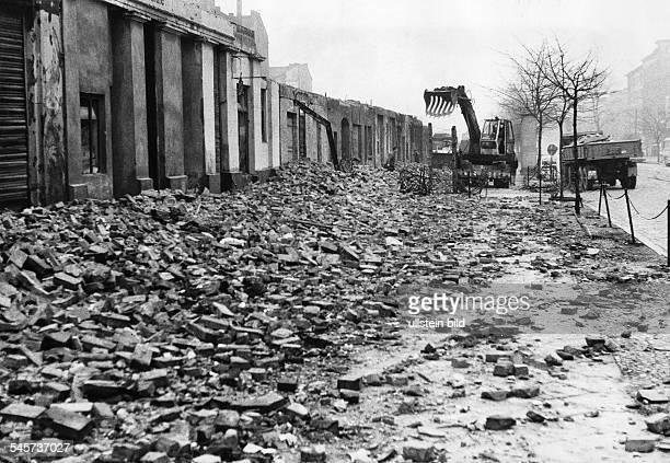 Beseitigung von Bauschutt der beimAbriss von Grenzhäusern in BerlinDDRauf den Bürgersteig an der BernauerStrasse gefallen war