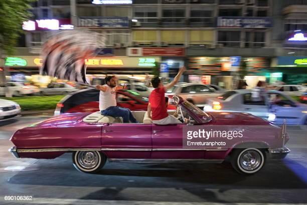 besiktas fans celebrate premier football league championship in a convertible car in izmir,turkey at night.. - emreturanphoto stock-fotos und bilder