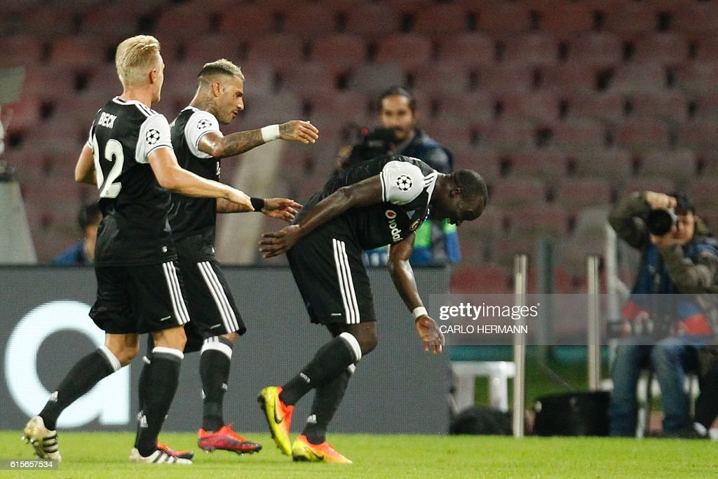 Besiktas' forward from Cameroon Vincent Aboubakar (C) celebrates with teammates after scoring during the UEFA Champions League football match SSC Napoli vs Besiktas on October 19, 2016 at the San Paolo stadium in Naples. / AFP / Carlo Hermann
