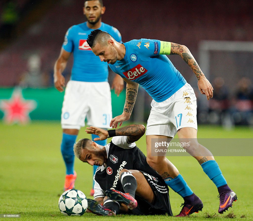 Besiktas' forward from Portugal Ricardo Quaresma (bottom) fights for the ball with Napoli's midfielder from Slovakia Marek Hamsik during the UEFA Champions League football match SSC Napoli vs Besiktas on October 19, 2016 at the San Paolo stadium in Naples. / AFP / Carlo Hermann