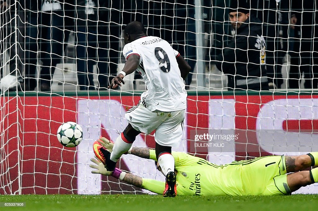 Besiktas' Vincent Aboubakar scores a goal during the UEFA Champions League Group B football match between Besiktas Istanbul and Benfica Lisbon at Vodafone arena on November 23, 2016 in Istanbul. / AFP / BULENT