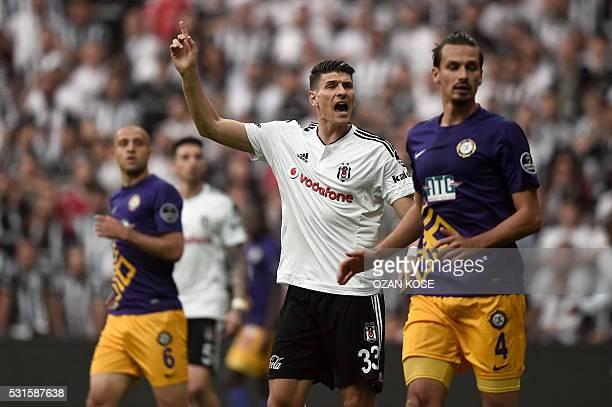 Besiktas'German forward Mario Gomez runs by Osmanlispor's Polish centre back Lukask Szukala and Turkish midfielder Mehmet Guven during the Turkish...