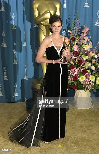 Best Actress Julia Roberts poses with her Oscar during the 73rd Annual Academy Awards March 25 2001 at the Shrine Auditorium in Los Angeles Roberts...