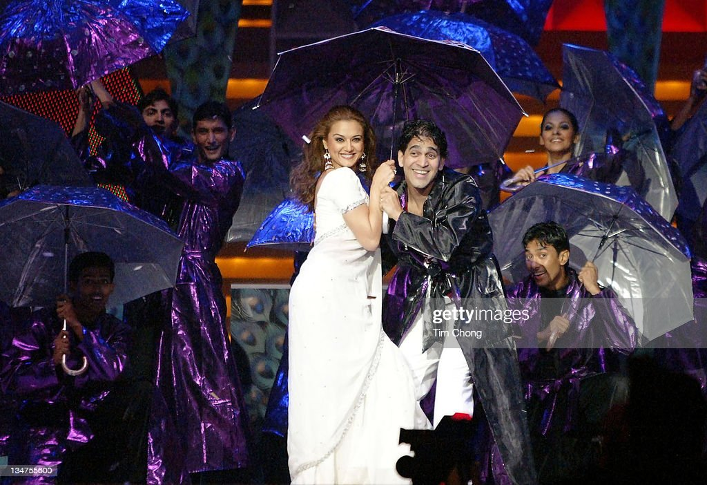 Best Actress Preity Zinta and Best Actor Hrithik Roshan in a musical perfomance at IIFA 2004 in Singapore May 22 2004