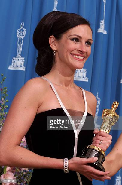 Best Actress winner Julia Roberts poses backstage at the 73rd Annual Academy Awards ceremony at the Shrine Auditorium in Los Angeles CA on March 25...