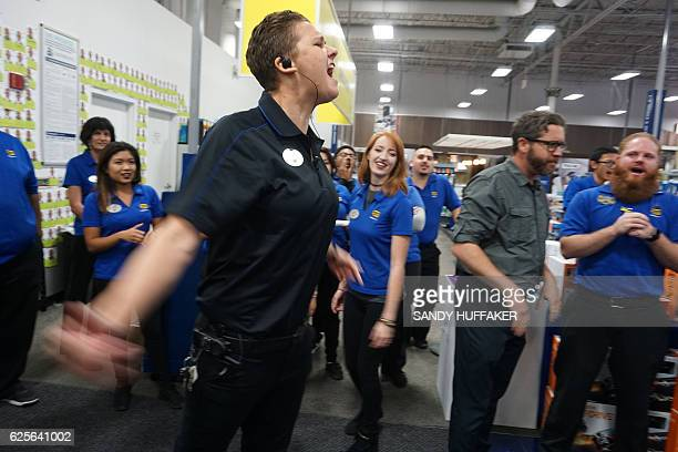 Best Buy employees get a pep talk before opening during Black Friday sales in San Diego California on November 24 2016 / AFP / Sandy Huffaker