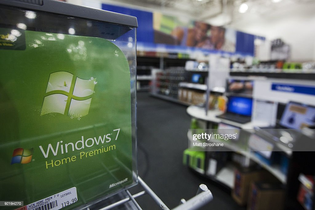 Best Buy Workers Prepare The Store For The New Microsoft Windows 7 0 News Photo Getty Images