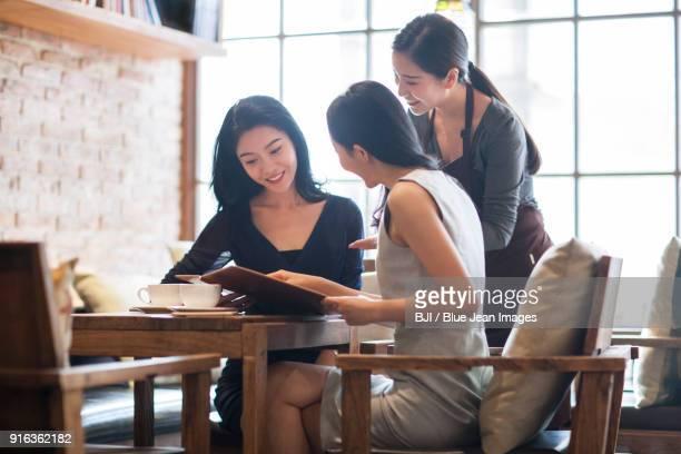 best female friends drinking coffee in caf¨¦ - 中国北東部 ストックフォトと画像