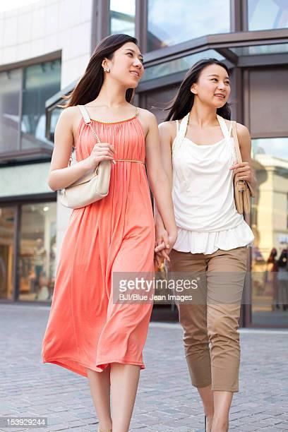 best female friends shopping - sac porté épaule photos et images de collection