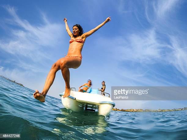 Besten Freunde genießen Sie den Sommer und Tretboot Spaß