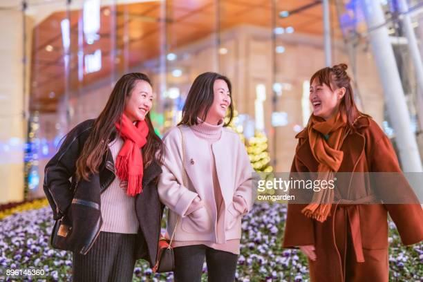 melhores amigas estão conversando do lado de fora do shopping - china oriental - fotografias e filmes do acervo
