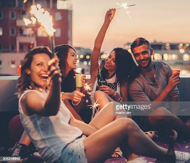 Meilleurs amis boire sur une fête sur le toit