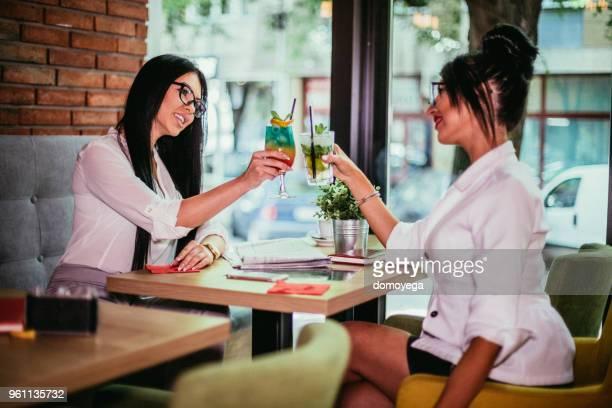 ベスト フレンド コーヒー バーでリラックスして楽しい時を過す