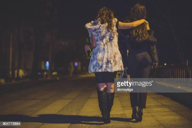 meilleures amies s'amusant nuit dehors dans la ville - femme saoule photos et images de collection